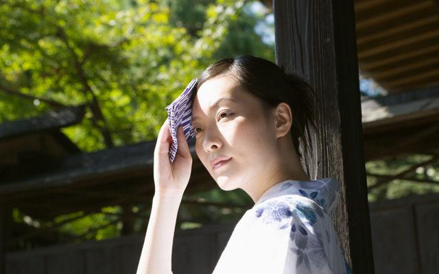 汗を拭う女性